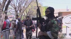 Silahlarla caminin önünde toplandılar