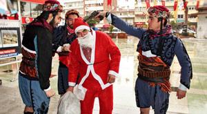 Noel Baba'yı gözaltına aldılar
