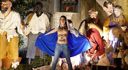 FEMEN Noel gecesi Kilise bastı