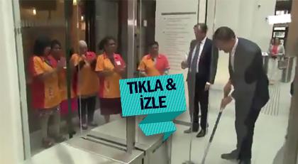 Başbakan döktüğü kahveyi kendi temizledi