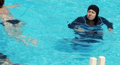 Paris'te haşemayla havuza giren kadınlara polis müdahalesi