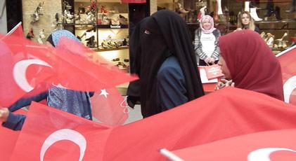 Peçeliler Cumhuriyet yürüyüşünde