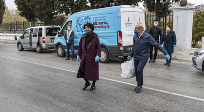 Yardım paketlerini Tunç Soyer dağıttı