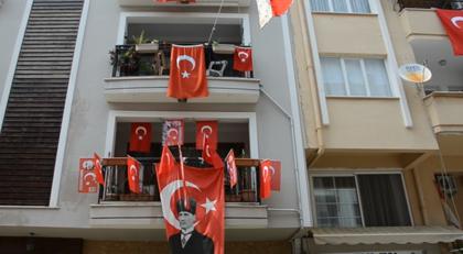 Türkiye 19 Mayıs'ı balkonlarda kutluyor