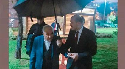 Cemaat liderine şemsiye tutan Bakan
