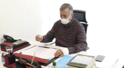 MHP'lilerin saldırısına uğrayan Selçuk Özdağ görevine Nâzım Hikmet'le döndü