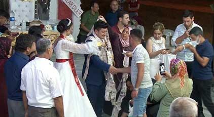 Düğünde bir garip takı töreni: 1000 adet...