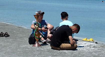 Yasak tanımadılar: Salda Gölü'nün kıyısında nargile içtiler
