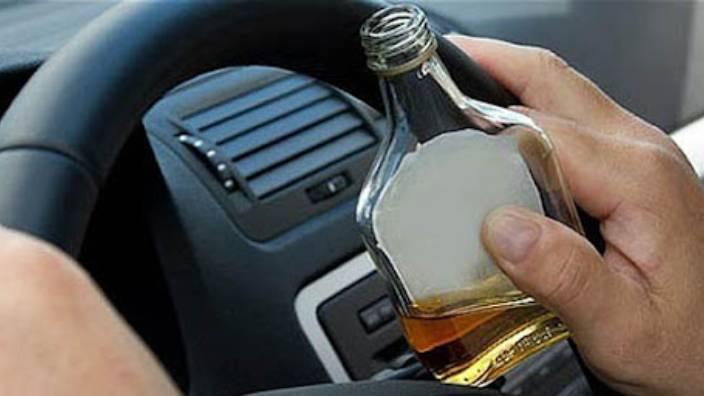 Alkollü sürücü yolda uyuyakaldı