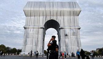 Paris'in simgesini kumaşla kapladılar