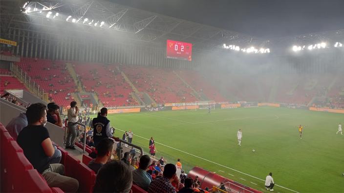 Süper Lig maçında yangın dumanı