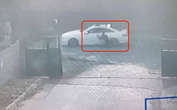 Polis, kaçan otomobilde asılı kaldı