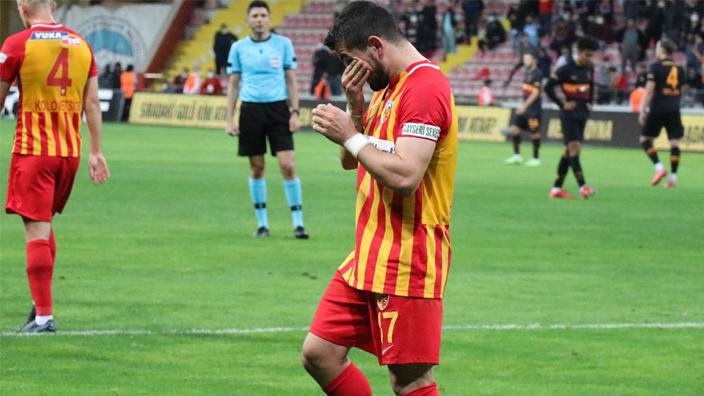 Tuttuğu takıma gol atınca ağladı