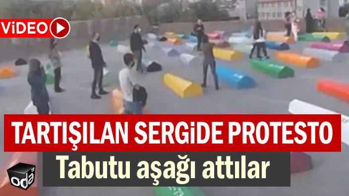 Tartışılan sergide protesto