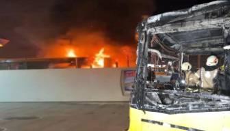 Park halindeki İETT otobüsü alev alev yandı