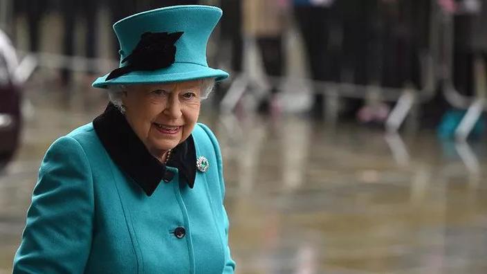 Kraliçe Elizabeth gitti geldi